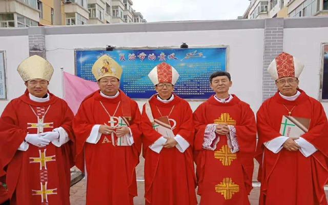 自左至右:孟青录主教、李晶主教、杜江主教、姚顺主教、孟宁友主教。(图源:信德网)