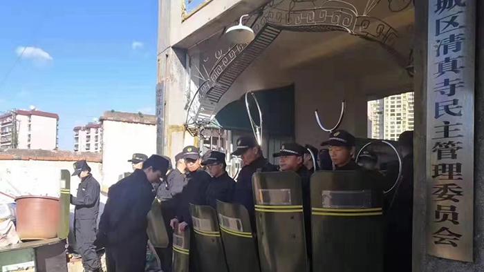 云南楚雄城区清真寺前的公安和城管(尔家砚提供)