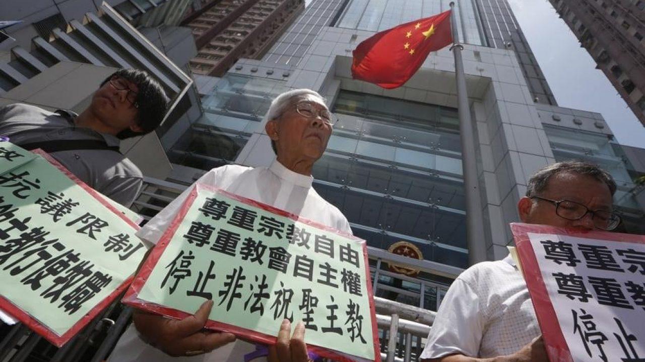 资料图片:2012年7月11日,香香港天主教荣休主教陈日君枢机在中联办外抗议中共当局限制马达钦人身自由。(美联社)