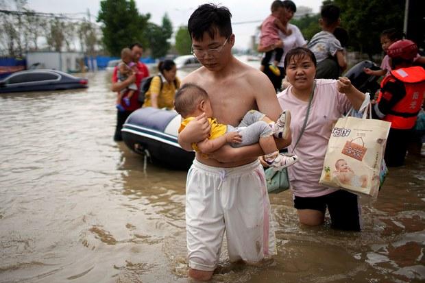 在洪水中跋涉的市民(路透社)