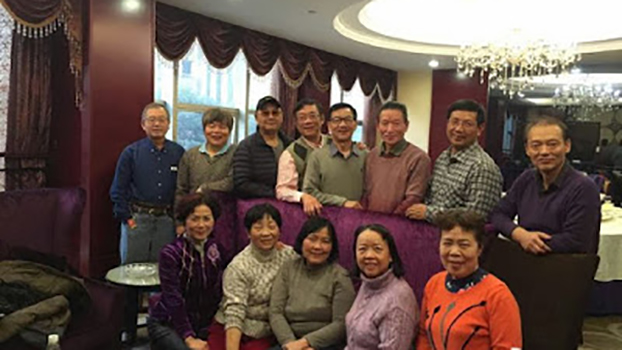 2017年2月4日曹三强(后排右二)从美国回中国长沙过春节时与大学同学聚会。(对华援助协会)