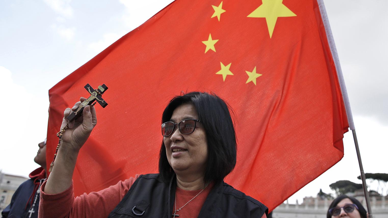 一名中国女子2019年5月参加圣彼得广场上教皇每周例行活动。(美联社)