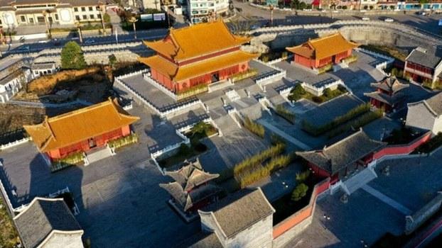 """贵州省""""国家级贫困县""""独山县耗资二十二亿元人民币打造了一座仿古建筑,坊间称其为""""山寨紫禁城""""。(微博图片)"""
