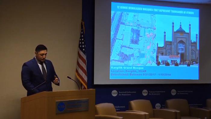 维吾尔人权活动人士辛塔什通过幻灯展示被拆除的新疆清真寺(视频截图)