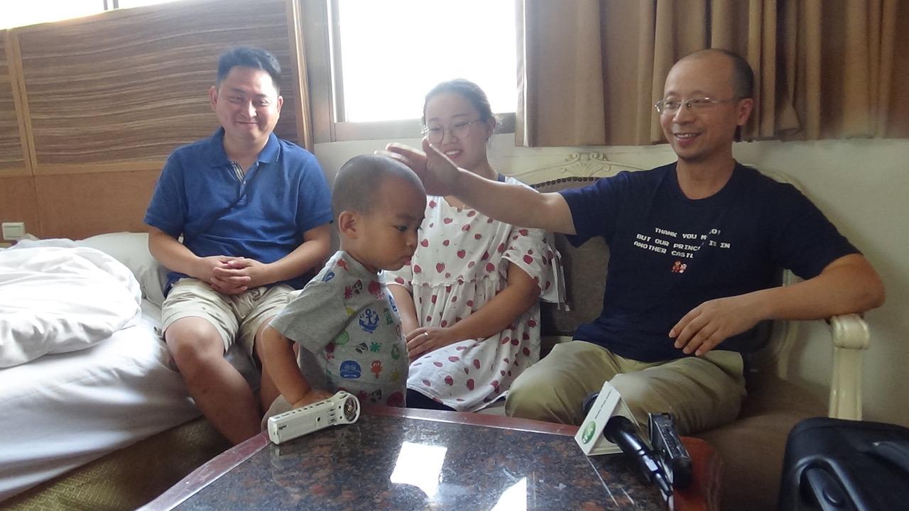 廖强和女儿、女婿表示,他们都曾遭非法传唤,廖强说,选择逃亡是担心三岁的收养儿小文被抓,他们不能失去他。(记者夏小华摄)