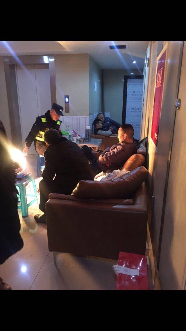 廖强表示家门口常遭24小时监控。(记者夏小华翻摄)