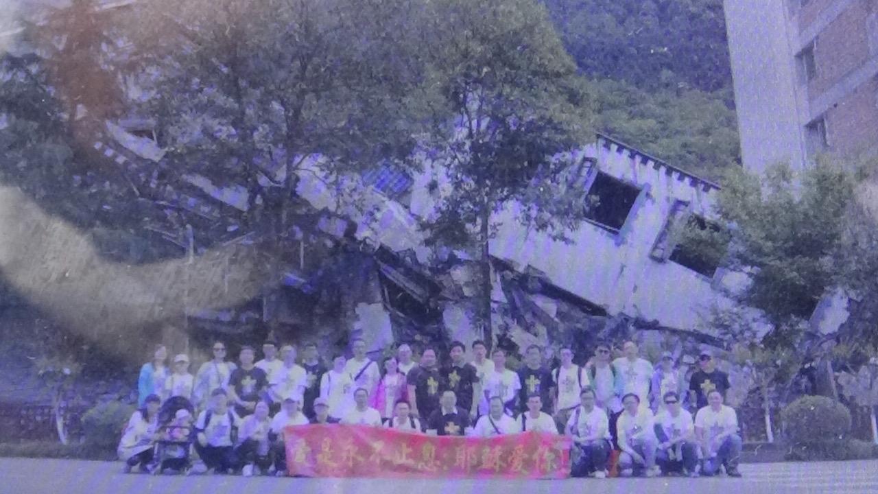 廖强指,去年五一二汶川地震纪念,教友到灾区宣教遭六、七名国保跟拍。(廖强提供)