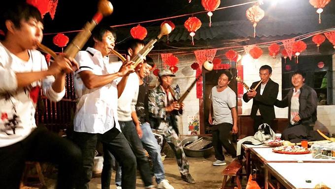 载歌载舞的中国云南农民(吴马太提供)