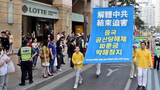 资料图片:2019年5月12日,庆祝法轮大法弘传二十七周年,韩国法轮功学员在首尔市中心举行盛大游行活动。(明慧网)