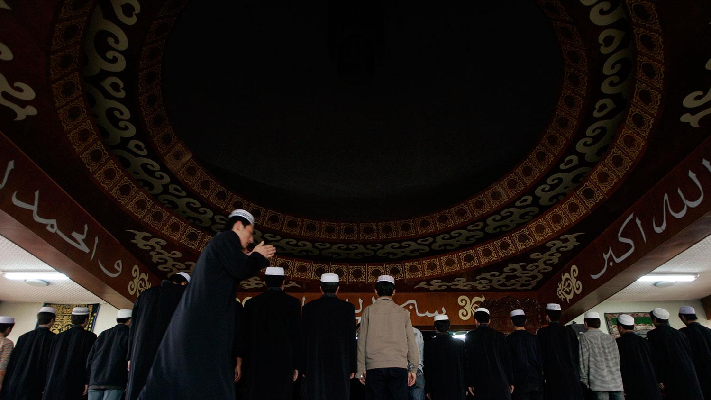 资料图片:中国回族少数民族的穆斯林学生在宁夏伊斯兰学院的一座清真寺内祈祷。 (路透社)