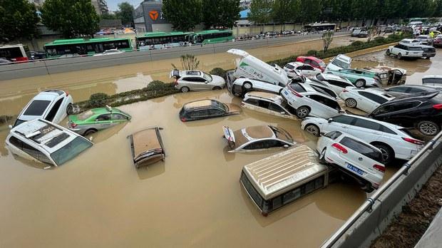 """鄭州水災增至33人喪生自拍水災視頻成""""負能量""""被禁"""