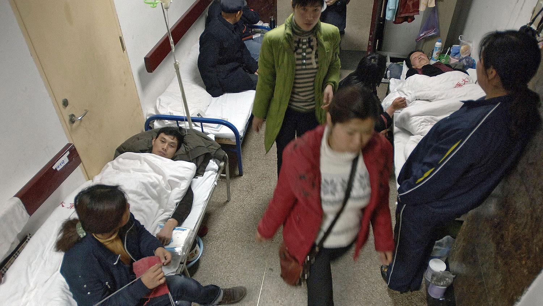 """部分農民患大病""""自己了斷""""。圖爲,安徽省合肥市一家醫院的走廊上鋪滿了病人的病牀。 (法新社圖片)"""