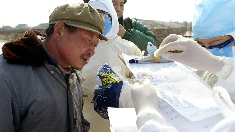 醫保費年年漲,對於打工者來說,每人280元的費用,全家算下來已經是一筆不小的支出,給農民造成壓力。圖爲,中國醫務人員從上海郊區的一農民採集血液樣本後記錄了個人詳細信息。(路透社圖片)