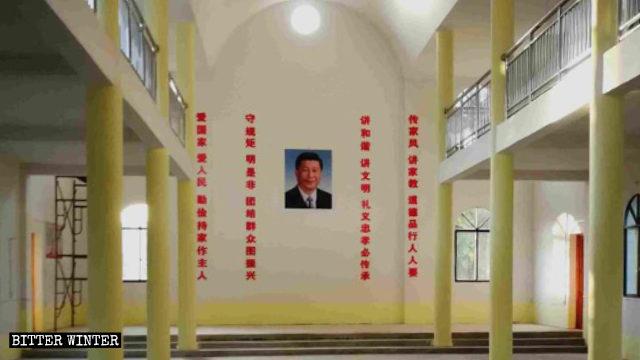 教堂内习近平画像挂在正中,两边是红色标语。(寒冬杂志网站)