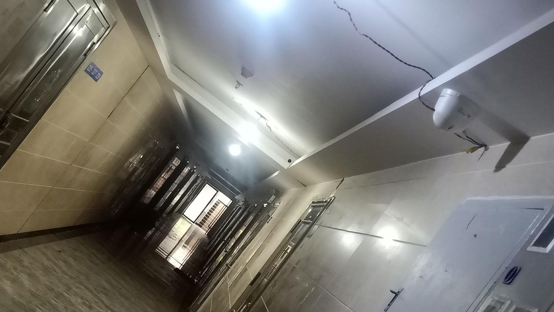 广福教会门口走廊对着摄像头。(志愿者提供/记者乔龙)