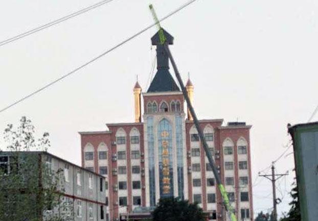 資料圖片:河南鄭州市中牟縣基督教堂十字架被拆 (對華援助協會)