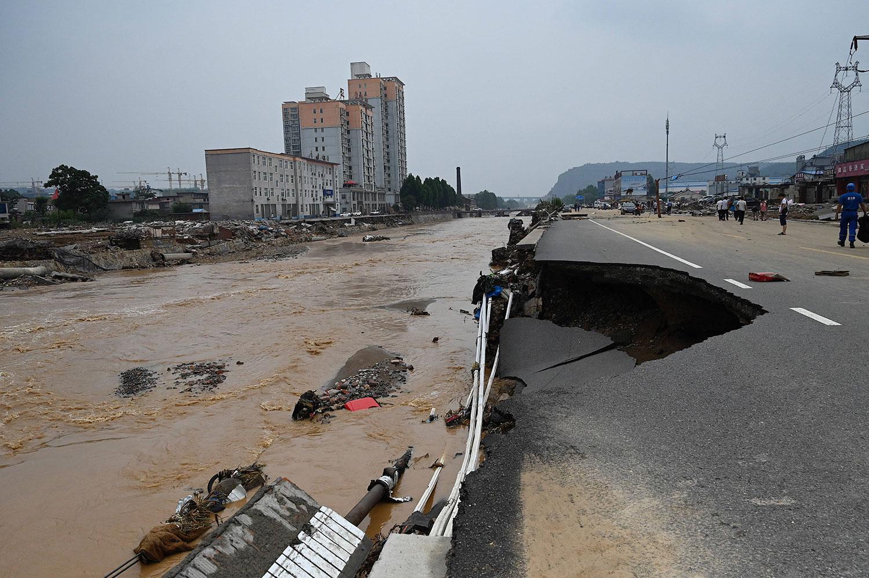 2021 年 7 月 22 日,河南省郑州市附近的县级巩义市遭遇洪水和山体滑坡后的道路坍塌。 (美联社)