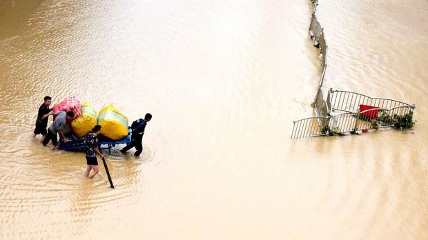 河南洪涝877个乡镇灾害  富士康郑州基地员工被迫放假