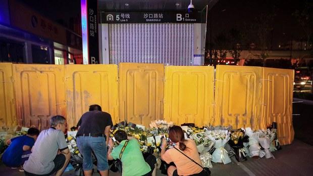 """""""愿天堂没有洪水!""""  郑州官方阻止民众在""""头七""""悼念洪水遇难者"""