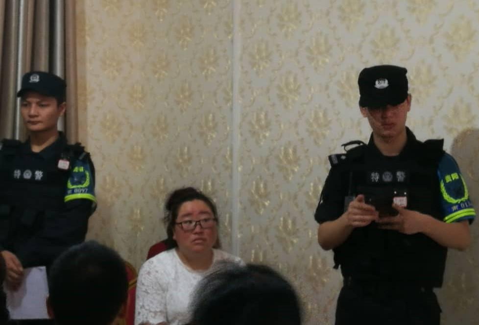 贵阳市公安局特警在教会内。(志愿者提供/记者乔龙)