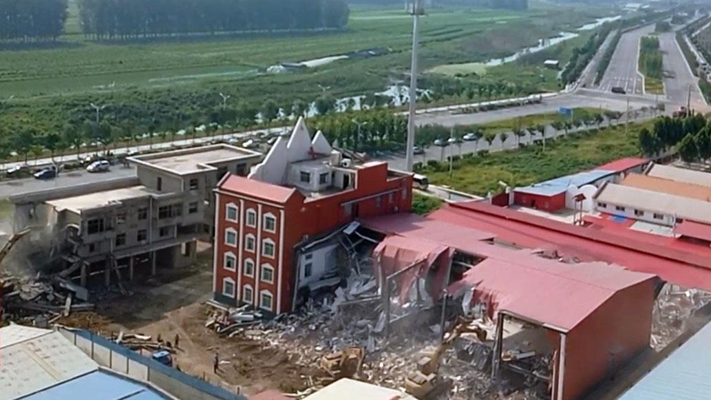河南省驻马店市上蔡县蔡都镇一真耶稣教教堂遭千人强拆。(视频截图/寒冬网)