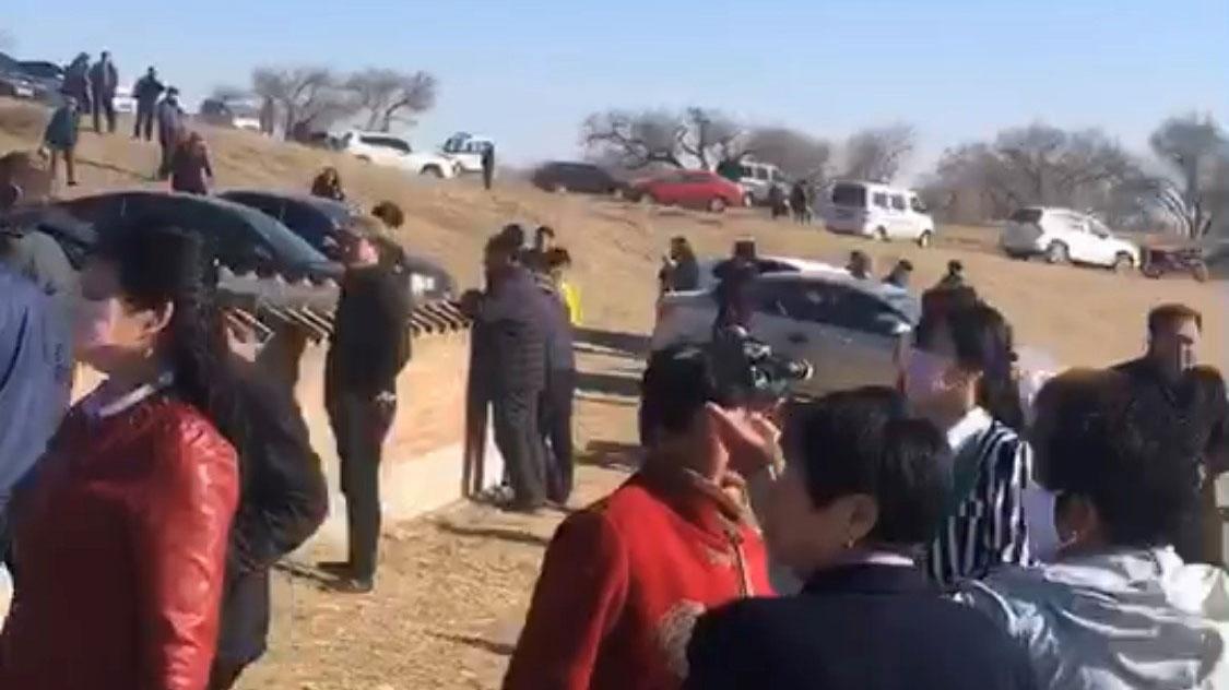 众多牧民在寺庙外,试图阻止强拆。(志愿者提供/记者乔龙)