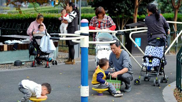 2018年11月5日,中国家长带孩子在浙江金华一座公园内玩耍。(路透社)