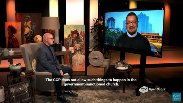 """大卫•库里在电视节目中对刘贻牧师进行访谈。(来自""""基督教广播网络新闻"""")"""