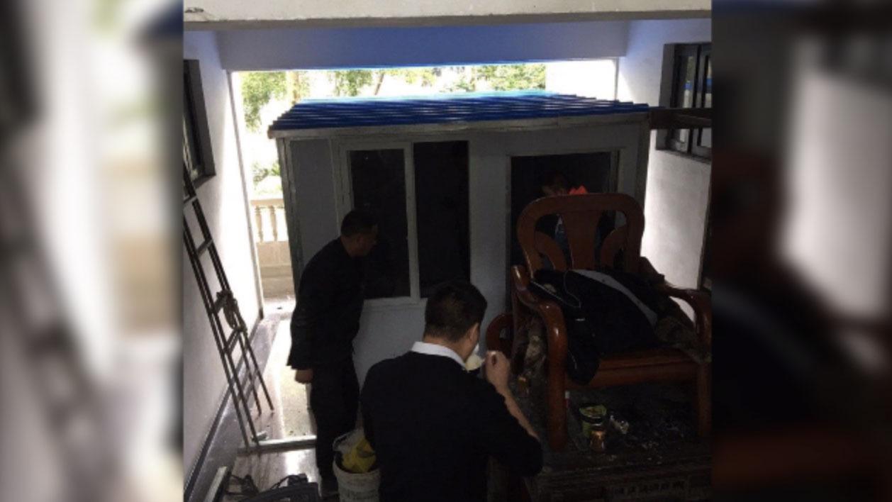 李英强家楼下,便衣警察搭建了板房,用于对他进行长期监视。(来源:李英强脸书)