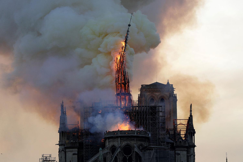 巴黎聖母院大教堂尖塔被焚燬。 (AFP)