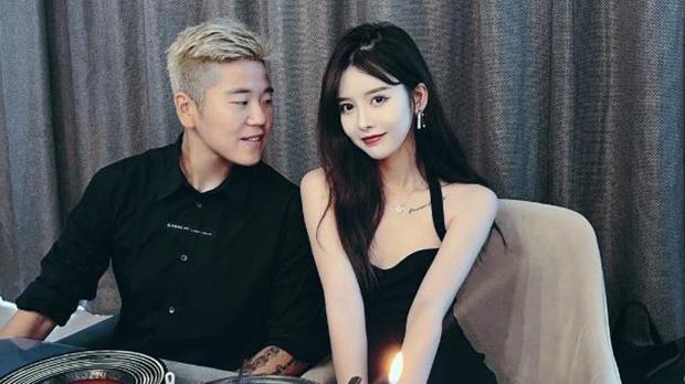 中國女足運動員李影(左)與其女友(網易截圖)