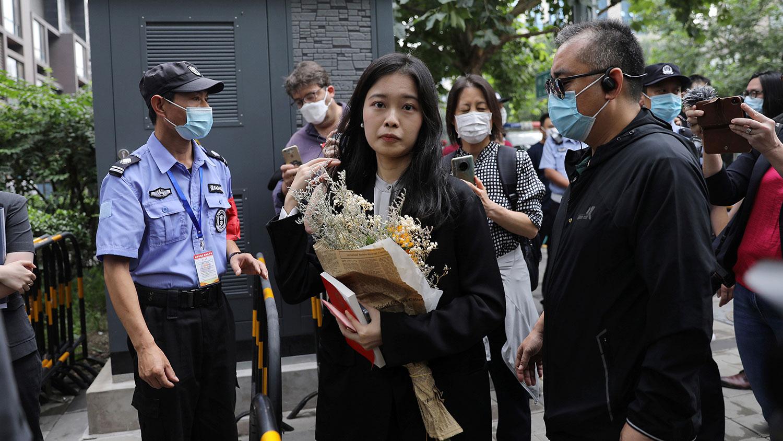 中国央视前实习记者周晓璇(弦子)2021年9月14日抵达北京海淀法院(路透社)
