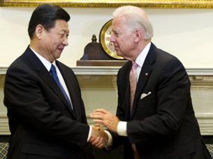 图片: 中国国家副主席习近平(左)与美国副总统拜登。 (法新社图片)