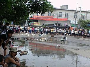 图片: 莺歌海镇居民聚集在镇政府周边的道路上抗议。 (腾讯微博/中国茉莉花革命网)
