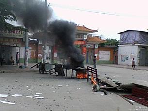 图片: 莺歌海镇发生警民冲突。 (腾讯微博/中国茉莉花革命网)
