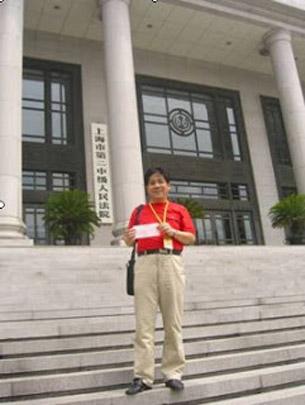 图片:冯正虎在法院外。 ( 冯正虎提供)
