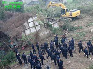 图片:四川遂宁当局出动200多警力对仁里镇猫儿洲村进行强拆(六四天网)
