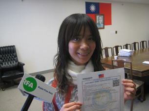 图片:罗碧泉展示首张海外直接核发赴台签证(RFA记者萧融摄)
