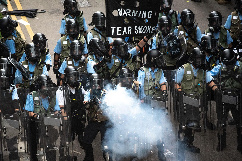 2019年6月12日,香港市民反《逃犯条例》示威活动中,警察向示威者发射催泪弹。(法新社)