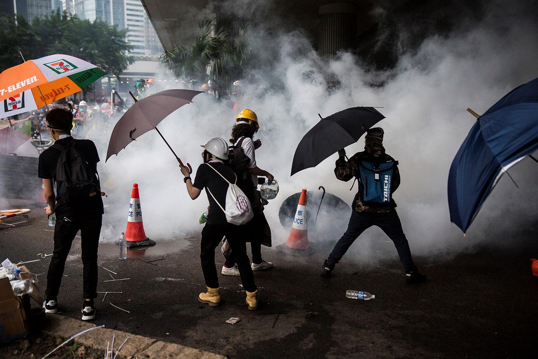 2019年6月12日,香港市民反《逃犯条例》的示威活动中,警察向示威者发射催泪弹。(法新社)