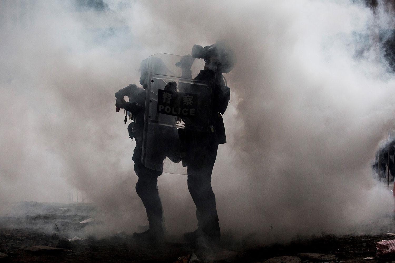 2019年6月12日,香港市民反《逃犯條例》示威活動中,警察向示威者發射催淚彈。(法新社)