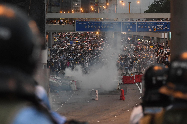 2019年6月12日,反《逃犯條例》的示威活動中,警察向示威者發射催淚彈。(法新社)