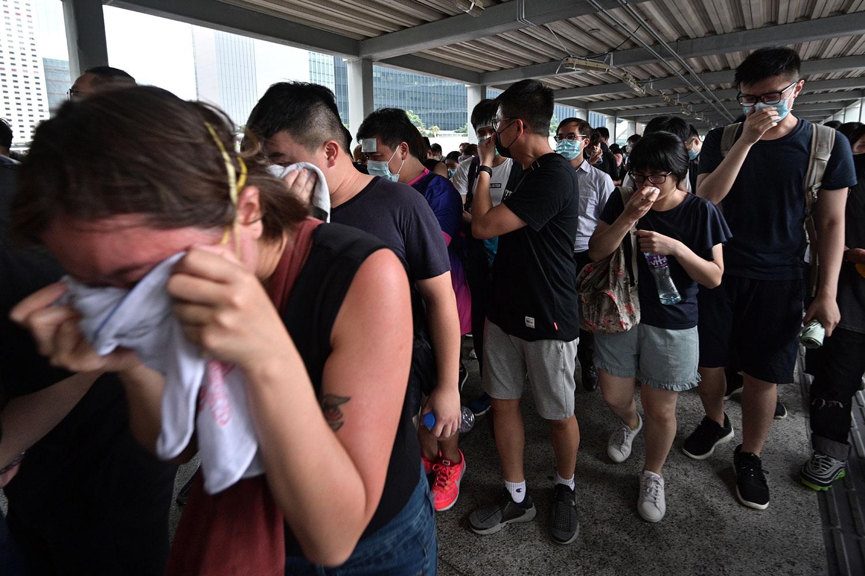 2019年6月12日,香港市民反《逃犯条例》示威活动中,警察向示威者发射催泪弹,部分市民受伤。(法新社)
