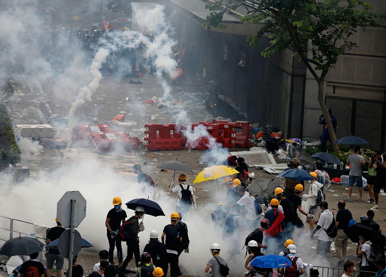 2019年6月12日,反《逃犯条例》的示威活动中,警察向示威者发射催泪弹。(美联社)