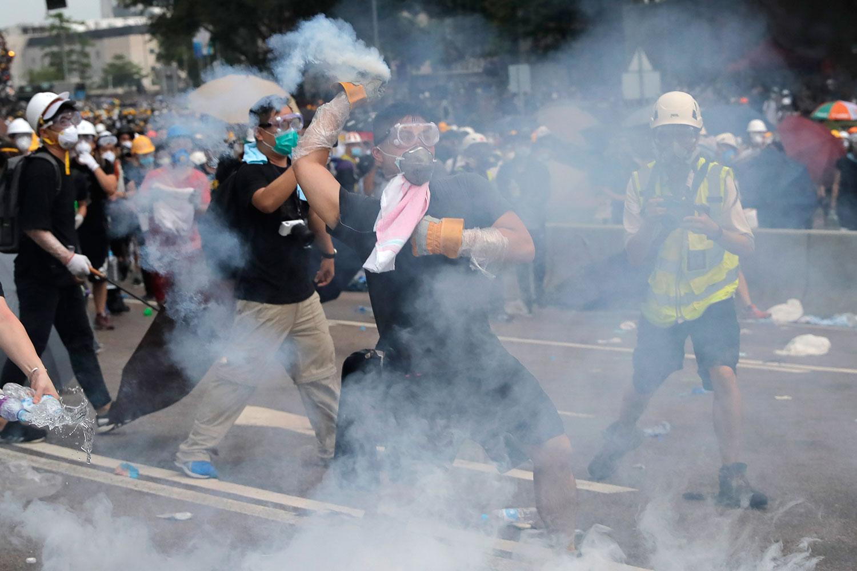 2019年6月12日,香港立法会外防暴警察对示威者发射催泪弹。(美联社)