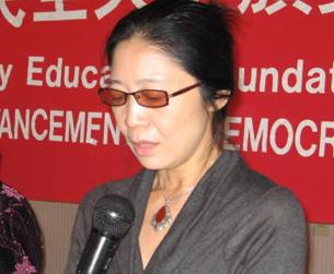 图片:华泽在朗诵滕彪的诗《狱中致爱人》 (记者CK摄)