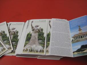 """图片:""""民主女神像""""项目筹委会印妥中英双语传单,拟向侨界广发。(记者萧融拍摄)"""