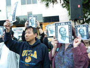 """图片:示威群众借""""我是李旺阳""""讽当局强压异议,人人都可能是受难者。(RFA记者萧融摄)"""
