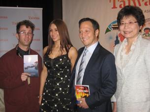 图片:好莱坞搞笑男星洛史奈达(右二)偕新婚妻子结束台湾蜜月行,最爱小吃和茗茶(RFA记者萧融摄)