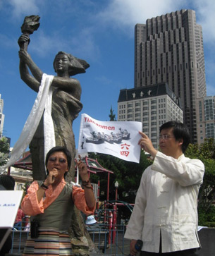 图片:丹增泽仁演讲,她旁边是前89民运学生领袖封从德 (记者CK摄)
